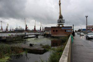 Straße am Kaliningrader Hafen bei Regen