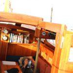 Leander beim Lesen auf der Steuerbordbank