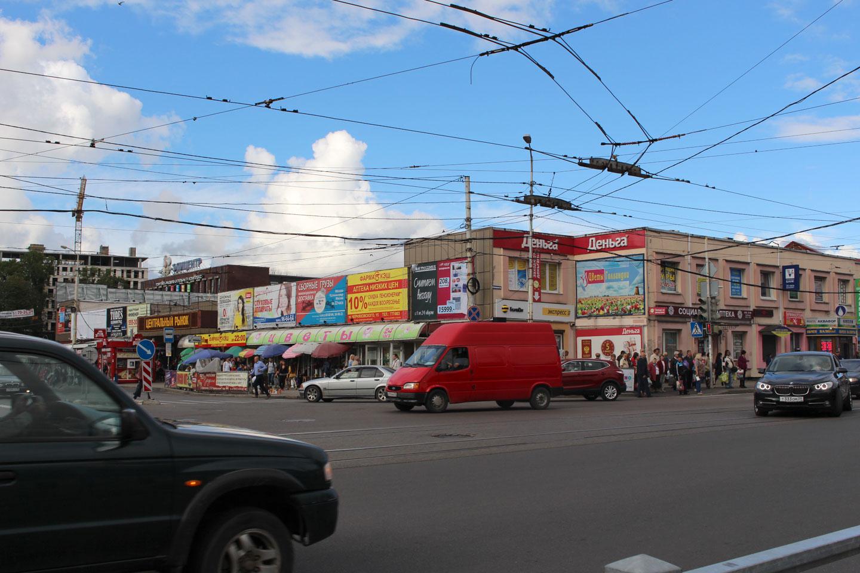 Blick über eine Straßenkreuzung auf das flache, ausgedehnte Gebäude des Kaliningrader Zentralmarktes