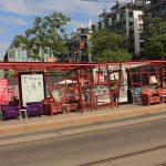 In diesem Buswartehäuschen hat jemand ein Café mit Plüschmöbeln eingerichtet