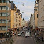 Blick in eine Innenstadtstraße, die einen Hügel hinab führt