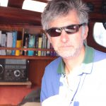 Peter im Salon von RITH, von Licht angestrahlt