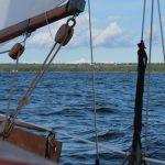 Blick auf das Ufer von Öland mit der Sommerresidenz des schwedischen Königshauses