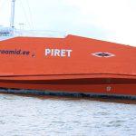 orangefarbene Fähre zwischen Festland und der Insel Muhu