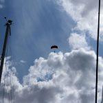 Fallschirmspringer über dem Hafen von Kuressaare