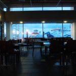 leerer Wartesaal im Fährterminal von Virtsu - durchs Fenster sieht man die Fähren