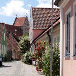 schmale Straße mit Blick auf den Kirchturm