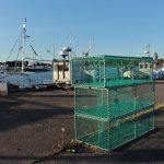 Fangkästen mit grünen Netzen bespannt im Hafen von Sandhamn