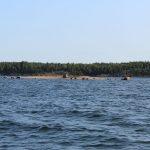 eine flache Insel, auf der kleine und größere Steine verstreut liegen
