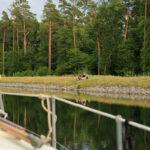 Am Ufer der Havel-Oder-Wasserstraße sitzt ein Paar auf einer Decke