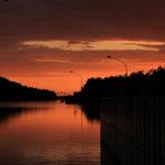 Sonnenuntergang über dem Kanal am Schiffshebewerk. Der Himmel ist ganz rot.