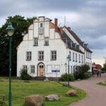 """das alte Barockschloss von Ralswiek mit einem Schild """"zu verkaufen"""" daran"""