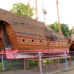 Eine hölzerne Kogge, die an Land steht und normalerweise für die Störtebecker-Festspiele eingesetzt wird
