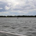 ein Angler steht mitten im Wasser