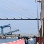 sich öffnende Zigelgrabenbrücke in Stralsund mit vielen Segelbooten davor