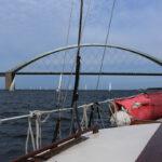 Brücke mit Booten